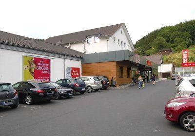 Plakat wirkt am Supermarkt